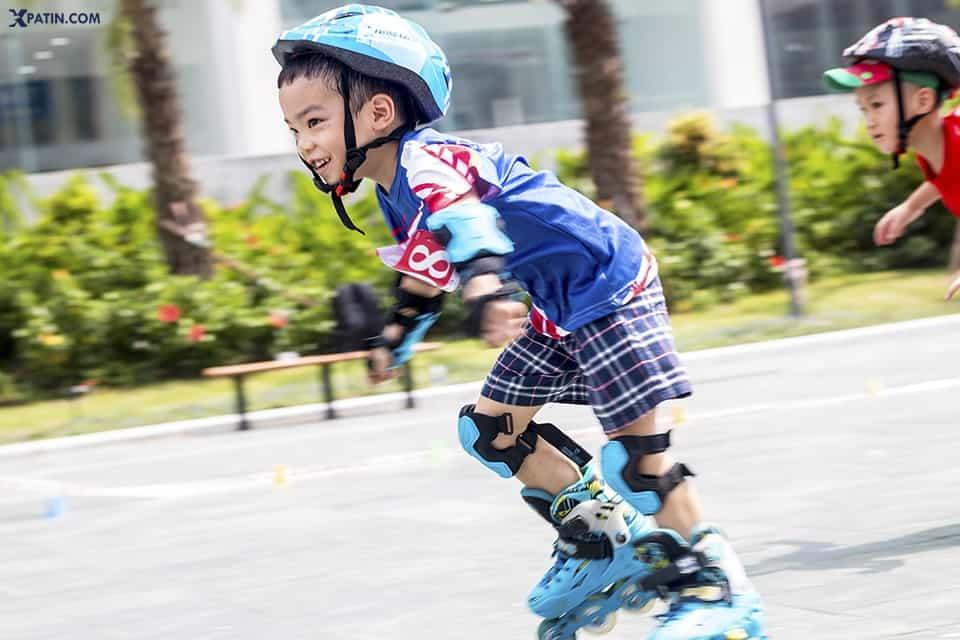 Trẻ em vận động với môn thể thao trượt patin