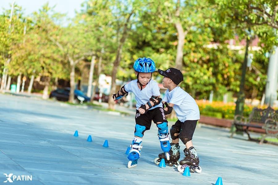 Trượt patin giúp trẻ em vận động để phát triển toàn diện