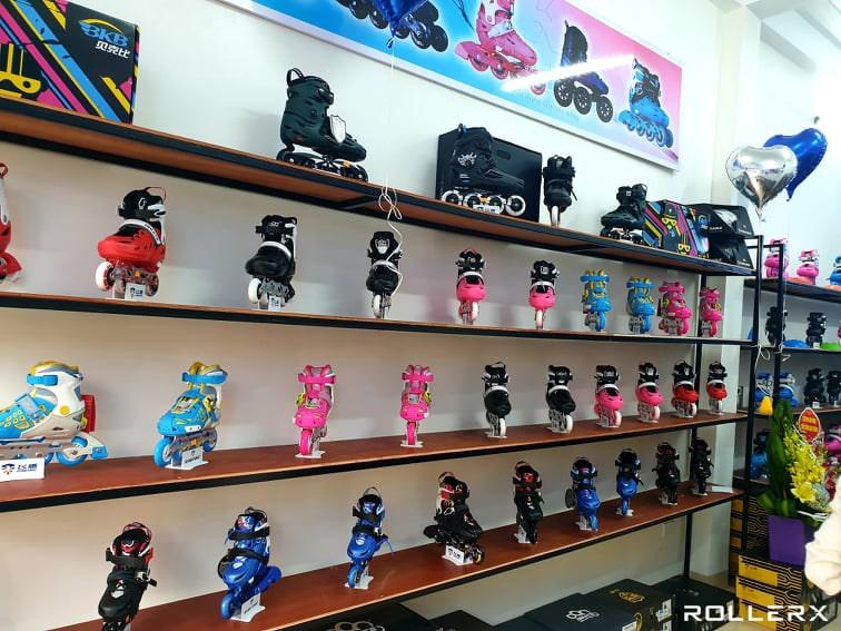 Hình ảnh giày trượt patin trưng bày bên trong Shop